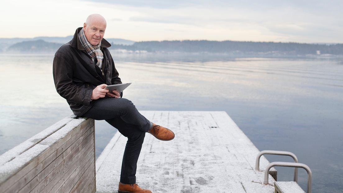 Terje Nutland sitter på en brygge. Foto: Telenor