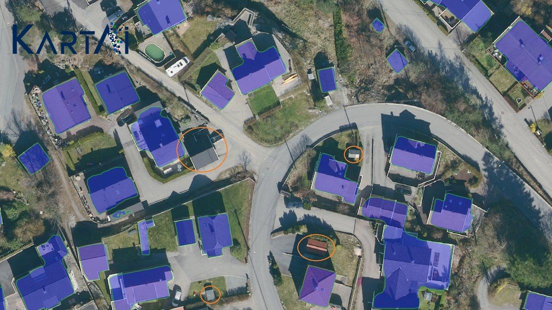 Bilde av tettbygd boligfelt i Kristiansand med blå felt som viser hvilke bygg som er funnet automatisk, og bygg som ikke er fanget opp av den kunstige intelligensen er ringet rundt.